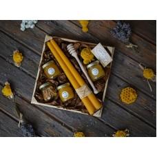 Дървена щайга с мед и свещи