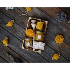 Дървена щайга с мед и пчелен прашец